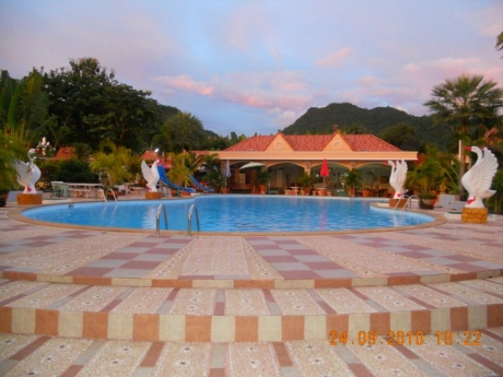 Kanchanaburi baanfarang swimming pool & resort
